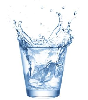 un-grand-verre-d-eau-au-reveil-permet-de-bien-commencer-sa-journee_153152_wide